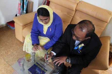 Dato' Seri DiRaja Dr. Zambry bin Abdul Kadir the chief minister of Perak, Malaysia signing the inauguration of EIIM